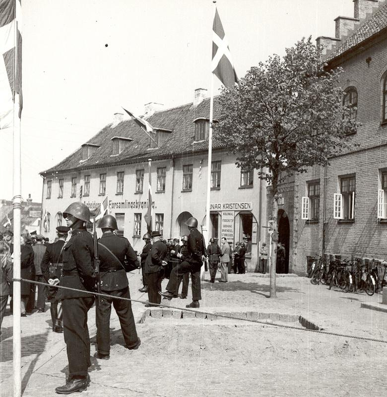 Politifolk bevogter politigården Hobro i maj 1945