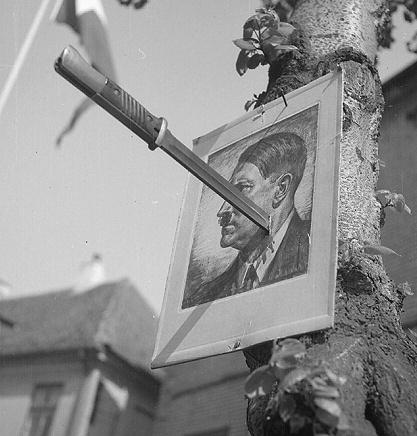 Hitler spiddet på en bajonet